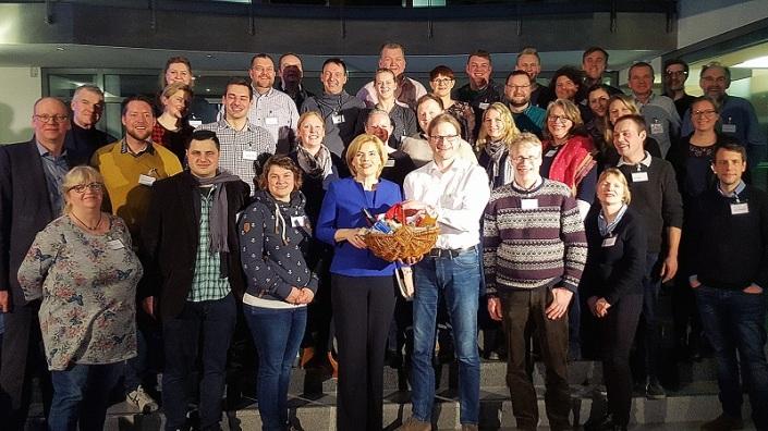 Julia Klöckner erhielt von den Agrarbloggern einen Präsentkorb